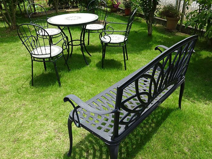 芝生の上に置かれたガーデニングテーブルやベンチ